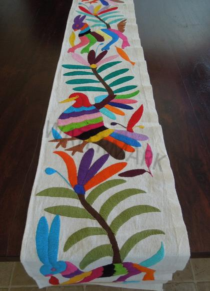 Etonnant Hand Embroidered Mexican Table Runner